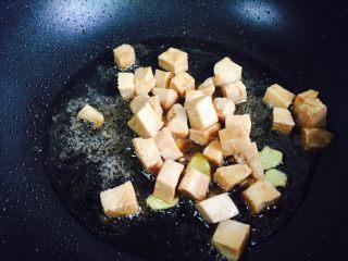彩椒炒鸡丁,倒入腌制好的鸡丁翻炒片刻
