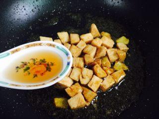 彩椒炒鸡丁,烹入一勺料酒翻炒一下