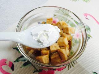彩椒炒鸡丁,1小勺淀粉抓匀腌制十分钟