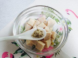 彩椒炒鸡丁,加入1小茶匙胡椒粉