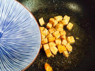 彩椒炒鸡丁,淋入少许热水翻炒至熟