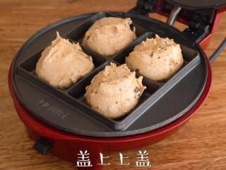 夏日清爽,【姜柠蛋糕】,小红锅最高温预热至红灯灭,使用挖球勺舀入约45g面糊,盖上上盖,最高温烘烤6分钟,取出置于晾架晾凉。