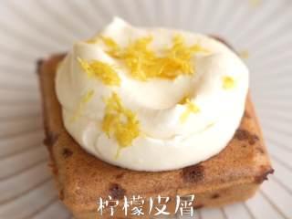 夏日清爽,【姜柠蛋糕】,淡奶油倒入调理盆中,加入柠檬汁,搅打至浓稠,舀于蛋糕上,撒上柠檬皮屑。