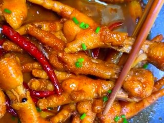 麻辣凤爪,大火收嘎干汤汁略为浓稠,撒上葱花即可