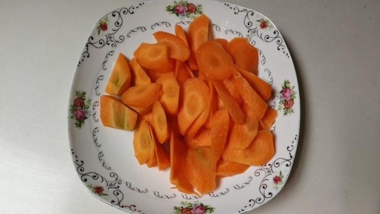 洋葱胡萝卜烧肉圆,胡萝卜削去皮切成薄一点滚刀块