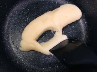 宝宝零食:小奶泡,然后快速的倒入低筋面粉,翻拌。得到一个烫面。可以从刮刀的地方看出来做好的面糊是不沾的哦!