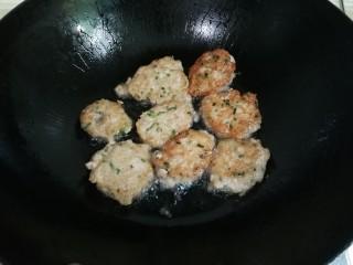 洋葱胡萝卜烧肉圆,锅中放入适量油烧热,用勺子挖出肉糜放入锅中,煎至金黄盛出来