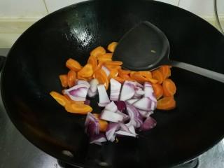 洋葱胡萝卜烧肉圆,放入洋葱