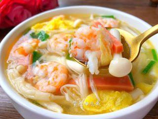 虾仁菌菇汤,美味的虾仁菌菇汤做好了,超级鲜美好喝,喜欢的宝宝赶紧收藏吧。