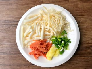 虾仁菌菇汤,海鲜菇和金针菇去掉根部,清洗干净切段待用,火腿肠切细条,生姜去皮洗净切片,葱洗净切段待用。