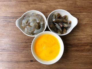 虾仁菌菇汤,明虾去头去壳去虾线,清洗干净,虾头不要丢掉,留起来有用,鸡蛋磕入碗里,打成蛋液待用。