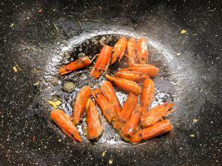 虾仁菌菇汤,煎完蛋剩下一点点底油,把虾头放入煎出虾油。