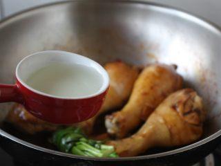 红烧鸡腿,放入白糯米酒。