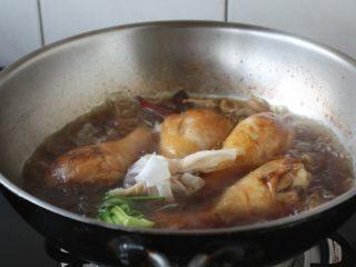 红烧鸡腿,放入料包。 大火煮开,小火炖20分钟。