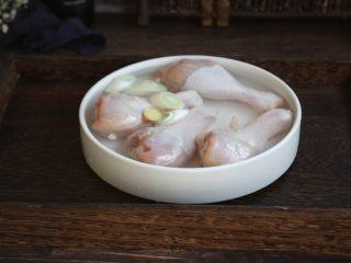 红烧鸡腿,鸡腿放入葱姜水中泡20分钟,挤一挤血水,清洗干净。