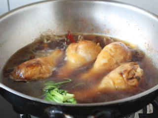 红烧鸡腿,放入与食材齐平的温水。