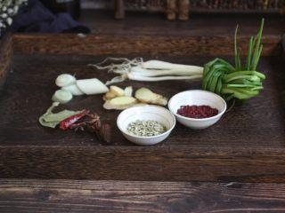 红烧鸡腿,辅助食材:葱、姜、八角、草果、香叶、干辣椒、小香葱、小茴香、红曲米。