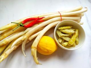 柠檬泡椒藕带,准备食材。