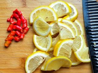 柠檬泡椒藕带,柠檬切片,小米椒切圈。