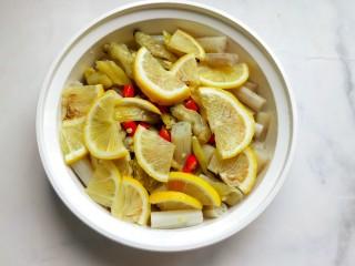 柠檬泡椒藕带,放入柠檬片,盖上盖子,放冰箱冷藏四小时。