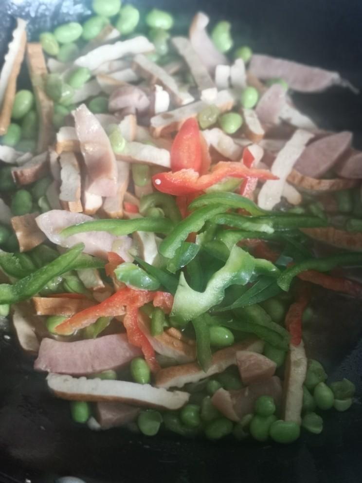 毛豆米炒香干,放入青红椒