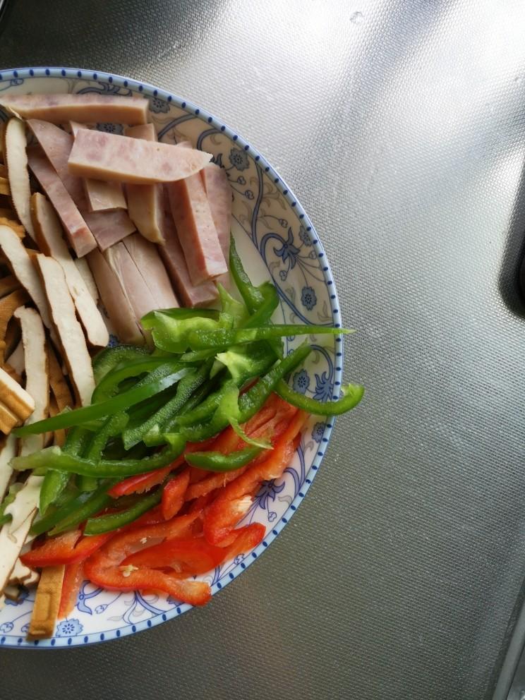 毛豆米炒香干,青红椒,香肠分别切丝