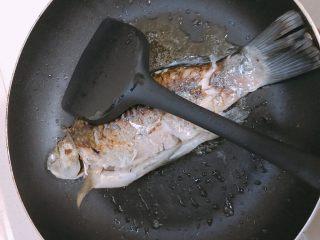 鲫鱼萝卜丝汤,小火煎鱼至两面金黄