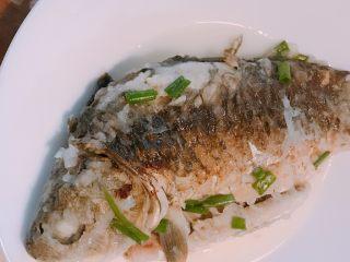 鲫鱼萝卜丝汤,先小心把鲫鱼捞出来,主要是鲫鱼很多小刺,避免掉汤里