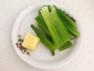 健康烧烤  电烤羊肉串,鲜姜削皮,大葱叶清洗干净