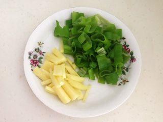 健康烧烤  电烤羊肉串,把葱叶切成小段,鲜姜切成小片