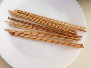 健康烧烤  电烤羊肉串,竹签用开水烫一下