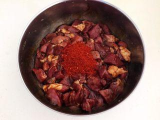 健康烧烤  电烤羊肉串,加入辣椒粉