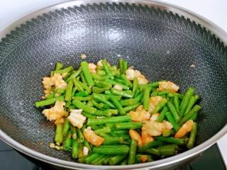 虾仁炒豇豆,快速翻炒均匀即可出锅。