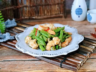 虾仁炒豇豆,盛出装盘,家庭小炒,鲜香美味。