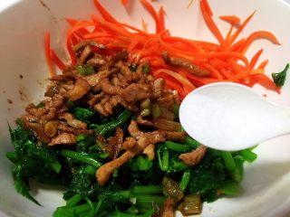 胡萝卜炝芹菜,放盐调味