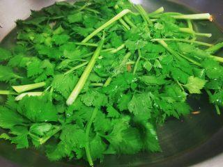 胡萝卜炝芹菜,芹菜洗净,下锅烫9分熟