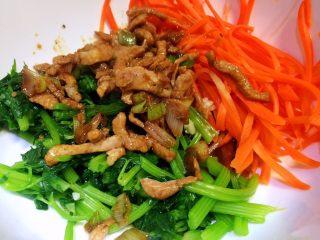 胡萝卜炝芹菜,食材放入碗中