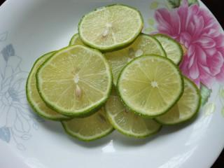 小清新柠檬鸡爪,柠檬切成薄片