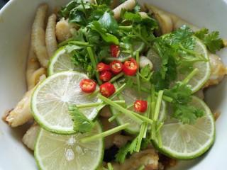 小清新柠檬鸡爪,放入香菜和小米辣