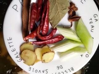 红烧猪蹄,加葱姜,八角,桂皮,香叶,干辣椒
