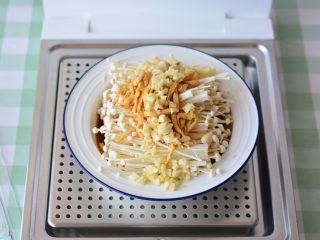 清蒸金针菇,金针菇摆盘,上面放大蒜,肉丝,淋上做好的汤汁