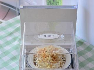 清蒸金针菇,把准备好的金针菇放在臻米折叠蒸锅里面,蒸15分钟