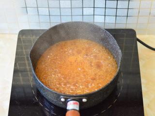 清蒸金针菇,锅里加入生抽、砂糖、清水、蚝油搅拌均匀,烧开后,加入肉丝煮熟,