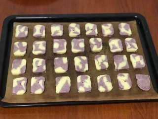 黑醋栗双色黄油饼干,取出后切成厚度一致的饼干片,厚度大约0.5-0.8厘米。