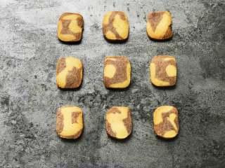 黑醋栗双色黄油饼干,烤好后放入晾网晾凉。