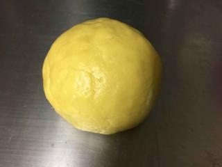 黑醋栗双色黄油饼干,筛入低筋面粉翻拌至没有干粉。