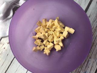 黑醋栗双色黄油饼干,将黄油切小块提前软化至一按就出坑的程度。