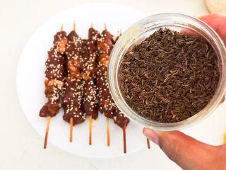 健康烧烤  电烤羊肉串,再均匀的撒上一层孜然粒