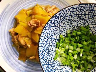 蚝油南瓜炒鸡片,装盘,撒上葱花,即可