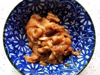 蚝油南瓜炒鸡片,抓均匀,腌制备用